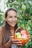 Mooie vrouw in de tuin met appelen en peer royalty-vrije stock fotografie