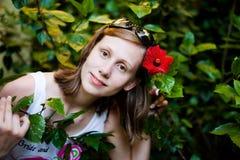 Mooie vrouw in de tuin met bloem Stock Afbeelding