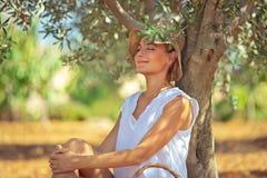 Mooie vrouw in de tuin stock afbeeldingen