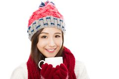 Mooie vrouw de winterkleding dragen en holdings diekoffiekop Royalty-vrije Stock Foto