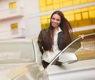 Mooie vrouw dichtbij auto Stock Afbeelding