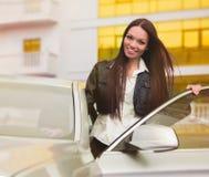Mooie vrouw dichtbij auto Royalty-vrije Stock Afbeelding