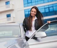 Mooie vrouw dichtbij auto Stock Fotografie