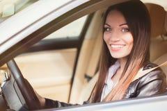 Mooie vrouw dichtbij auto Royalty-vrije Stock Afbeeldingen