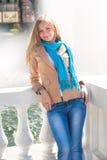 Mooie vrouw dichtbij de fontein Stock Foto's