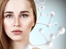 Mooie vrouw dichtbij grote witte moleculeketting royalty-vrije stock foto's