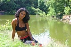 Mooie vrouw dichtbij het meer Stock Foto's