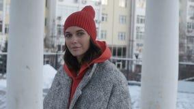 Mooie vrouw dichtbij high-rise gebouwen stock footage