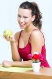 Mooie vrouw die één groene appel eten stock afbeeldingen