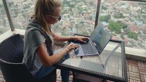 Mooie Vrouw die aan Balkon werken stock video