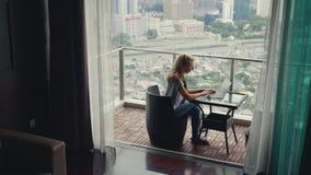 Mooie Vrouw die aan Balkon werken stock footage