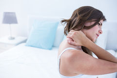 Mooie vrouw die aan halspijn lijden Stock Foto