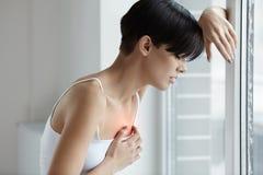 Mooie Vrouw die aan Pijn in de Kwesties van de Borstgezondheid lijden royalty-vrije stock afbeelding
