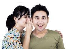 Mooie vrouw die aan vriend fluisteren Stock Fotografie