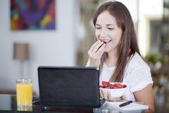 Mooie vrouw die aardbeien eet Royalty-vrije Stock Foto's