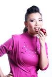 Mooie vrouw die appel eten Royalty-vrije Stock Foto's