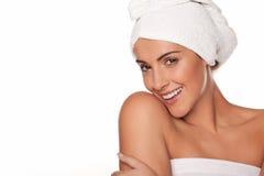 Mooie vrouw die in badhanddoeken wordt verpakt Stock Foto's