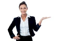 Mooie vrouw die bedrijfsproduct bevorderen Stock Foto