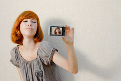 Mooie vrouw die beeld op mobiele telefoon neemt Stock Afbeelding