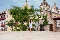 Mooie vrouw die beelden met haar cellphone nemen bij de muren die de koloniale stad van Cartagena DE Indias omringen royalty-vrije stock afbeelding