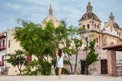 Mooie vrouw die beelden met haar cellphone nemen bij de muren die de koloniale stad van Cartagena DE Indias omringen royalty-vrije stock foto