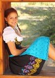 Mooie Vrouw die Beierse Kleding Dirndl draagt Stock Foto