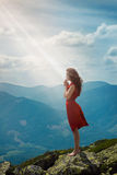 Mooie vrouw die in berglandschap bidden Royalty-vrije Stock Foto's