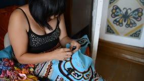 Mooie vrouw die bij borduurwerkornament werken stock videobeelden
