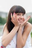 Mooie vrouw die bij het park glimlachen Stock Foto