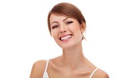 Mooie vrouw die bij het witte glimlachen wordt geïsoleerd Stock Afbeeldingen