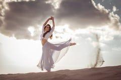 Mooie vrouw die bij zonsopgang dansen royalty-vrije stock afbeeldingen