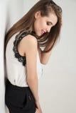 Mooie vrouw die blouse en borrels dragen Stock Foto's