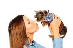 Mooie vrouw die bruin Yorkshire Terrier kussen Royalty-vrije Stock Foto