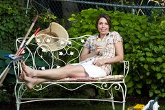 Mooie vrouw die buiten ontspant Stock Fotografie