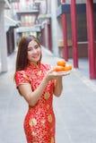 Mooie vrouw die cheosam Chinees nieuw jaar dragen royalty-vrije stock afbeelding