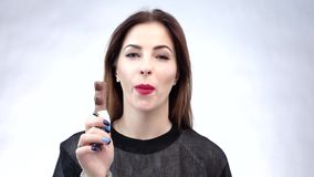 Mooie vrouw die chocolade eten Rode Lippen Grote Tanden stock video