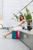 Mooie vrouw die in de de zomerstad winkelen Royalty-vrije Stock Afbeeldingen