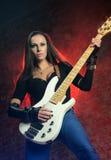 Mooie vrouw die de gitaar speelt Royalty-vrije Stock Afbeelding