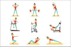Mooie vrouw die in de gymnastiek met sportuitrustingreeks uitoefenen kleurrijke vectorillustraties stock illustratie