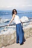 Mooie vrouw die de haven van Monte Carlo in Monaco bekijken Azur Coast Stock Afbeelding