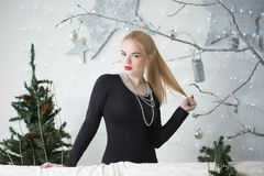 Mooie vrouw die de Kerstboom verfraaien Royalty-vrije Stock Afbeelding