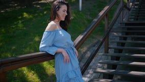 Mooie vrouw die in de kleding van de de zomermanier op treden in het midden van stad lopen stock video
