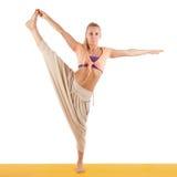 Mooie vrouw die die yogaoefeningen doen op wit worden geïsoleerd Stock Fotografie