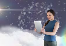 Mooie vrouw die digitale tablet gebruiken royalty-vrije illustratie