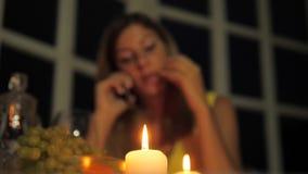 Mooie Vrouw die Diner in Restaurant hebben door Kaarslicht, die op de Telefoon spreken stock video