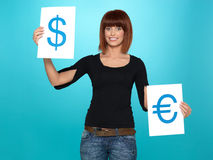Mooie vrouw die dollar en euro tekens toont Royalty-vrije Stock Foto