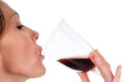 Mooie Vrouw die Donker Bier drinken Royalty-vrije Stock Afbeeldingen