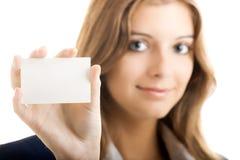 Mooie vrouw die een adreskaartje houdt stock fotografie