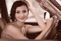 Mooie vrouw die een auto drijft Stock Afbeeldingen