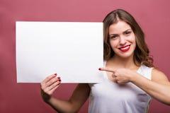 Mooie vrouw die een banner houden Royalty-vrije Stock Fotografie